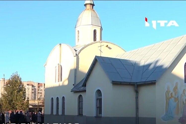 Cвященник переписав церкву на дочку і тепер не пускає туди людей (Відео)