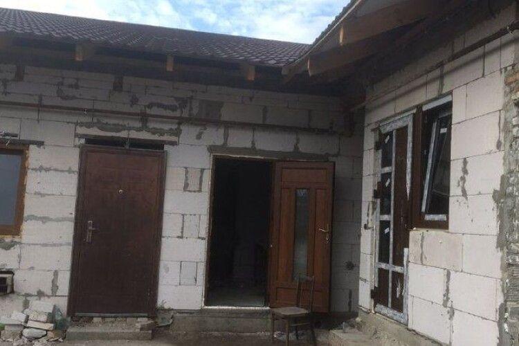 Хочуть вселитись до зими: як 11 родин волинян відновлюють згоріле житло у Рожищі