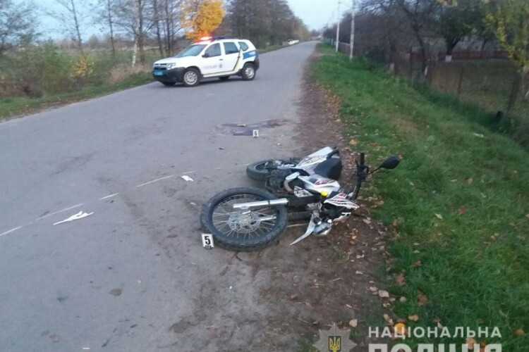 23-річний мотоцикліст виїхав на зустрічну смугу та влетів у бус: двоє людей у лікарні (Фото)