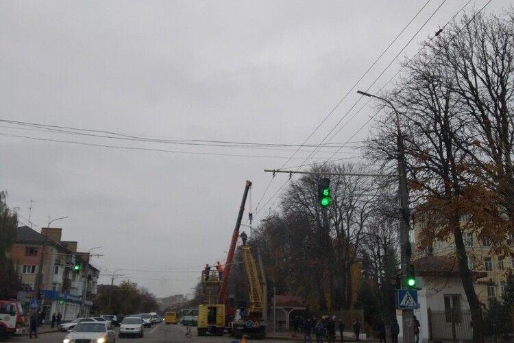 У Луцьку бетонний стовп впав на електролінії (Фото)