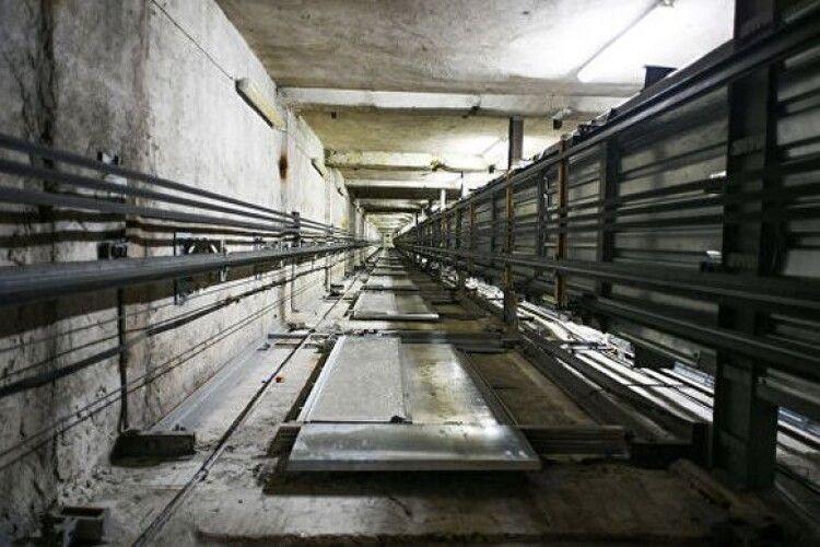У Польщі ліфт із двома українцями зірвався зі 40-метрової висоти