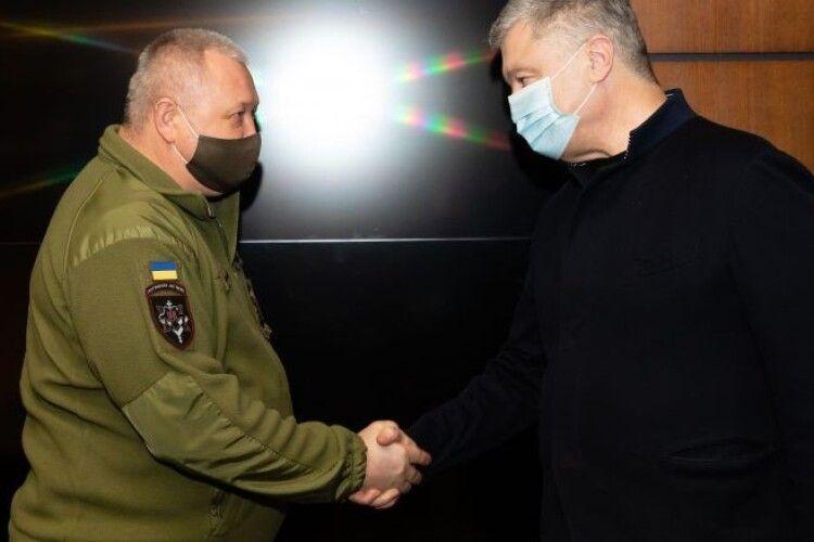 Петро Порошенко зустрівся із кіборгом, бойовим генералом Дмитром Марченком (Фото)