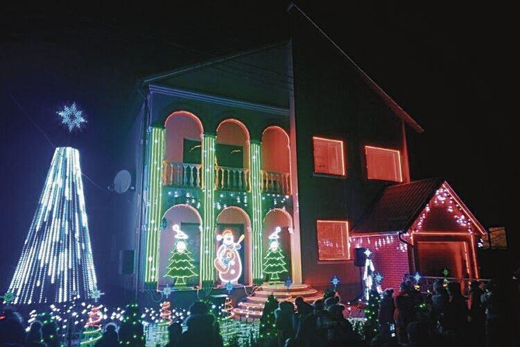 Приватне світлове шоу уМлинові приваблює сотні глядачів