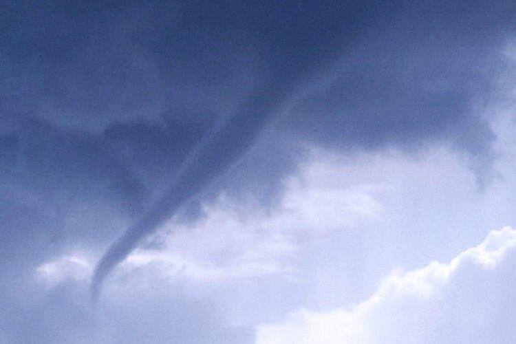 Трапляється нечасто, а в об'єктиви камер потрапляє ще рідше: у небі побачили дивний смерч (Фото)