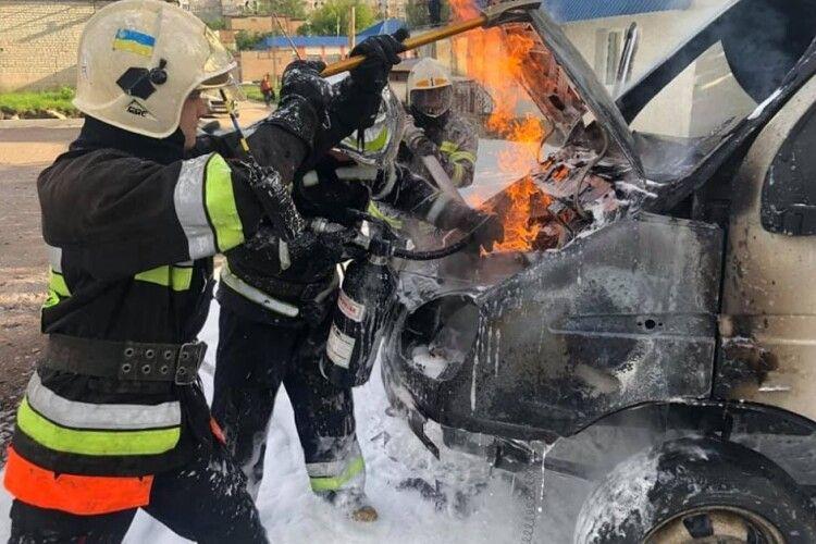 У Рівному автомобіль на газі палав біля автозаправної колонки (Відео, фото)