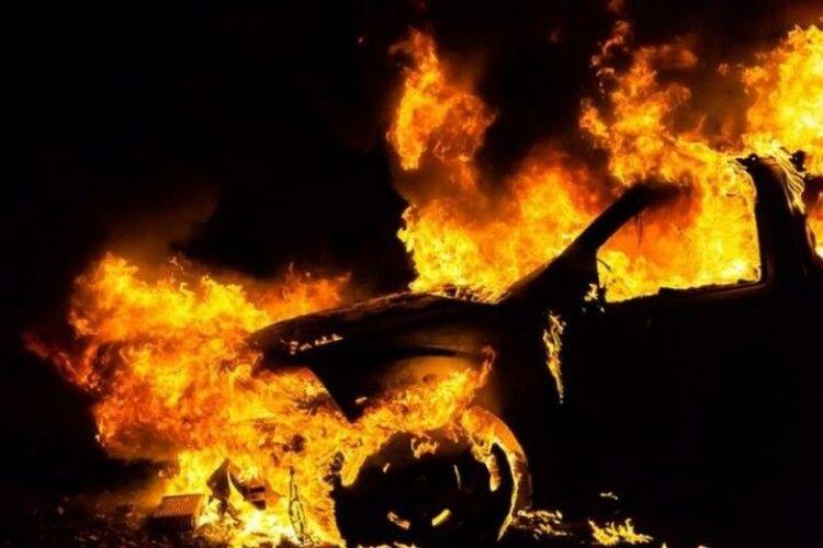На Волині під час руху спалахнуло авто (Відео)