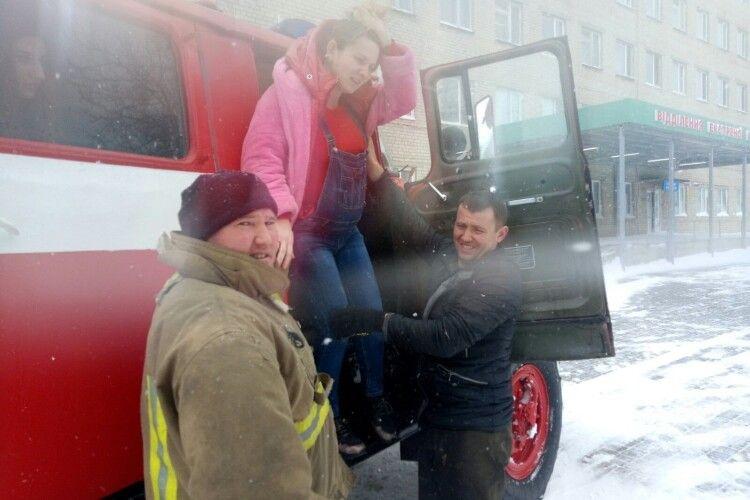 Бійці ДСНС допомогли породіллі дістатися до пологового будинку через снігові замети (Фото)