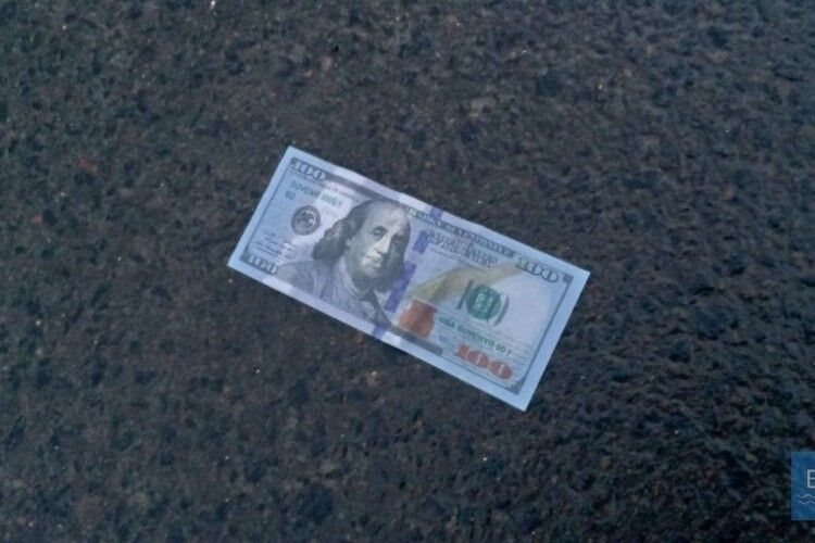 У Володимирі-Волинському на центральній вулиці збирали долари