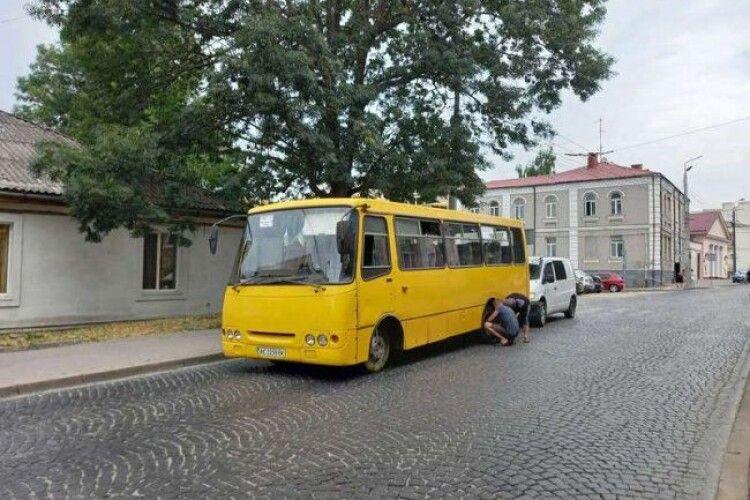 У Луцьку під час руху у маршрутки відлетіло колесо