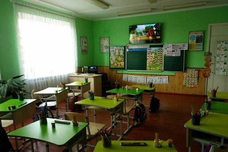 Любешівським першокласникам накупляли меблів і ноутбуків на 3 млн гривень