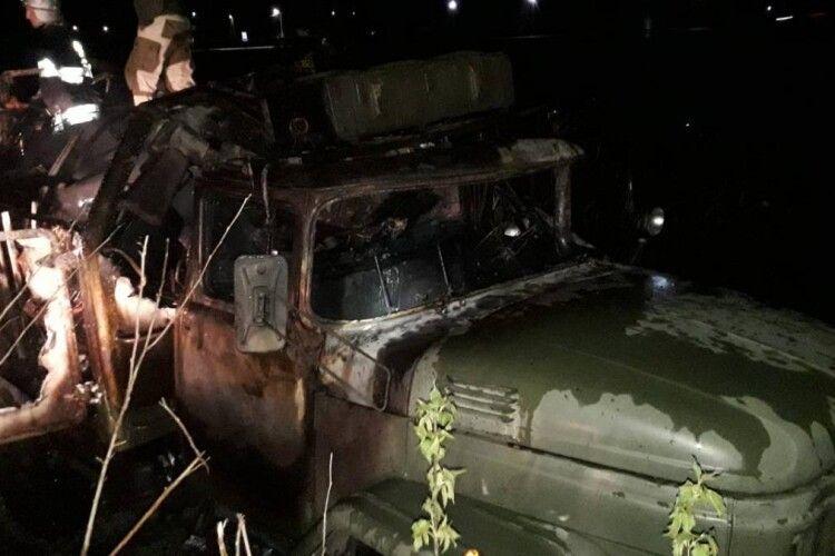 Згоріла військова вантажівка: загинув чоловік, ще один дістав важкі опіки