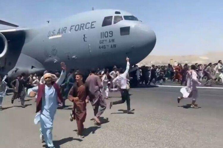 В аеропорту Кабула чекають на евакуацію понад 10 тисяч людей