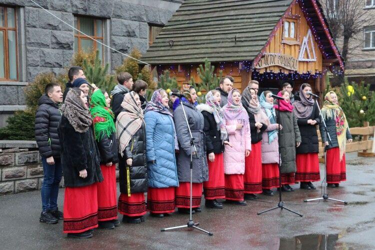 У Луцьку колядували: біля університету відкрили різдвяну «шопку» (Фото, відео)