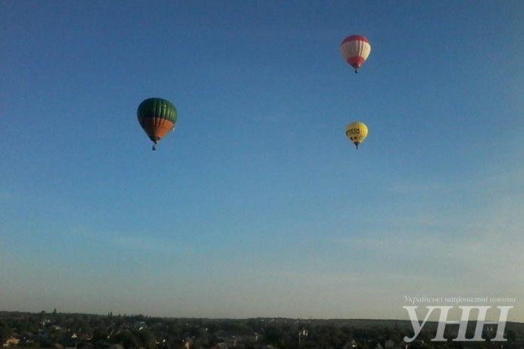 Над Кам'янець-Подільським третій день літають гігантські повітряні кулі (фото)