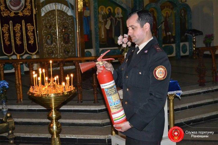 У Рівному майор примірявся вогнегасником до свічок у храмі (фото)