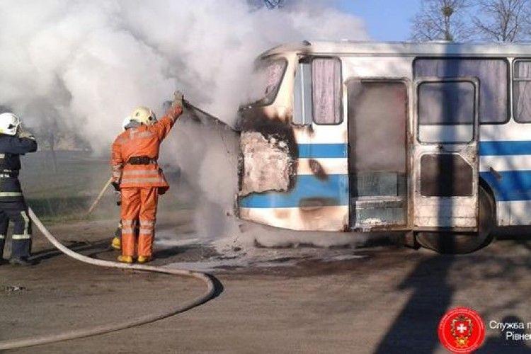 На Рівненщині вогнеборці врятували пасажирський автобус