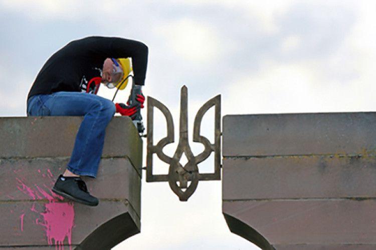 Шок: польські націоналісти знищили пам'ятник воякам УПА поблизу Перемишля (Фото)