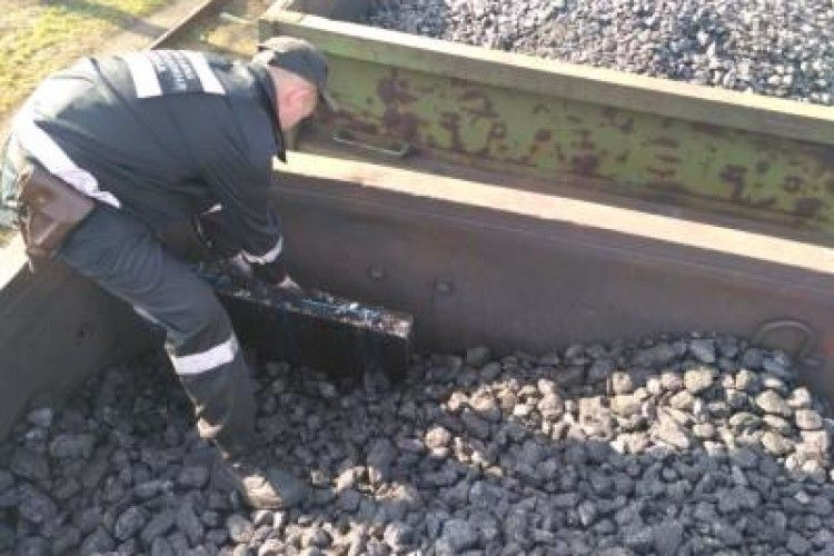 У Володимирі-Волинському знайшли 2 тисячі пачок цигарок у вагонах з вугіллям