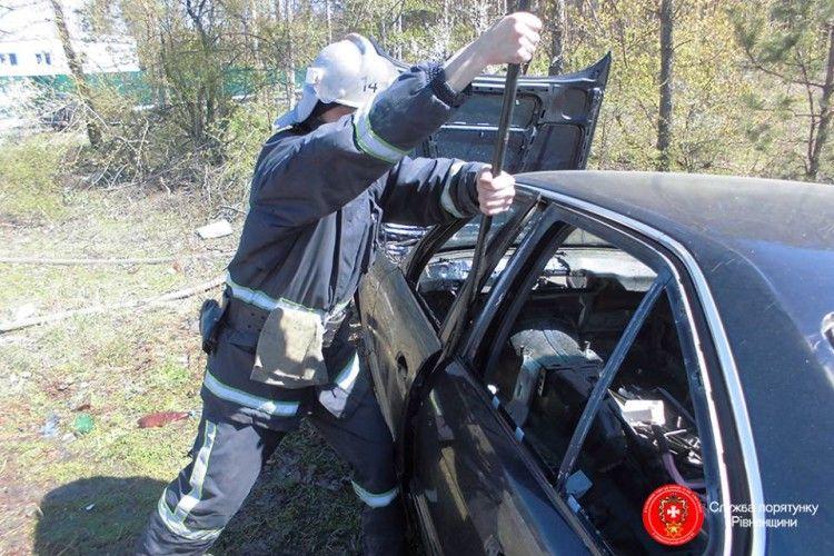 На Рівненщині рятували водія, який застряг у «BMW» (фото)