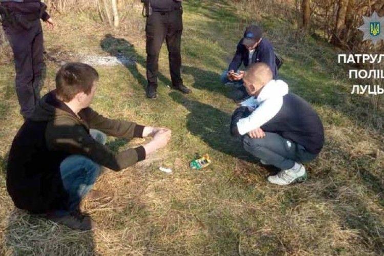 Серед білого дня в луцькому парку кайфували наркомани