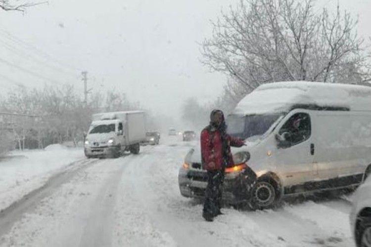 У Дніпрі утворився транспортний колапс через квітневий снігопад