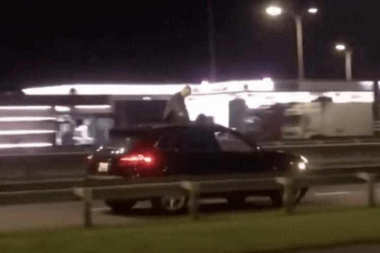 На даху автомобіля в Рівному катався чоловік (Відео)