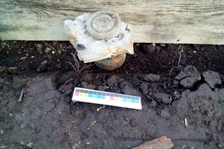 У Рівненському районі чоловік викопав банку ртуті (фото)
