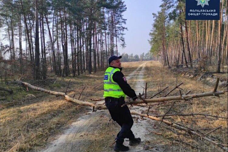 На Волині поліцейський офіцер громади їздить на роботу... з бензопилою