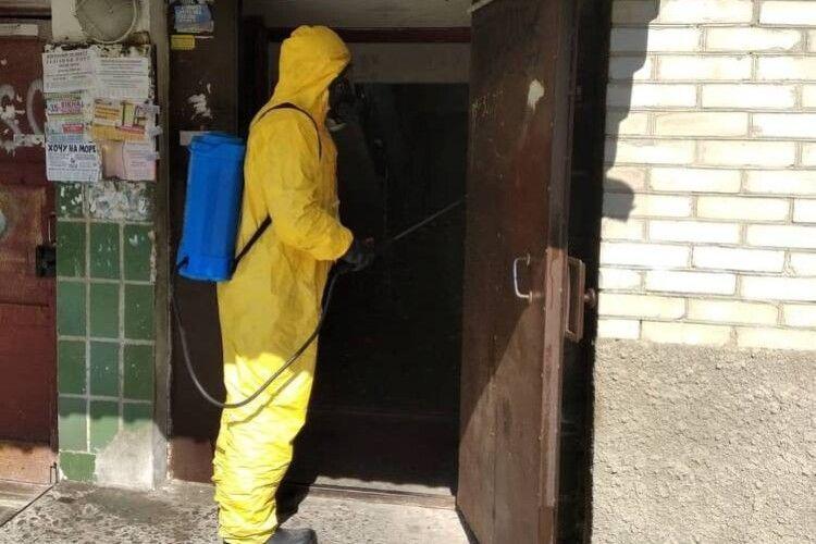 Луцькі рятувальники проводять дезінфекцію багатоповерхових будинків
