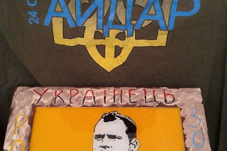 Боєць малює на склі волонтерів, які опікувалися військовими на Сході