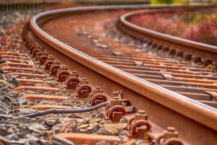 На залізничній колії у Львові знайшли пораненого чоловіка