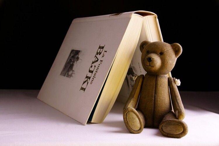 Маленька дівчинка серед дорослих ведмедів