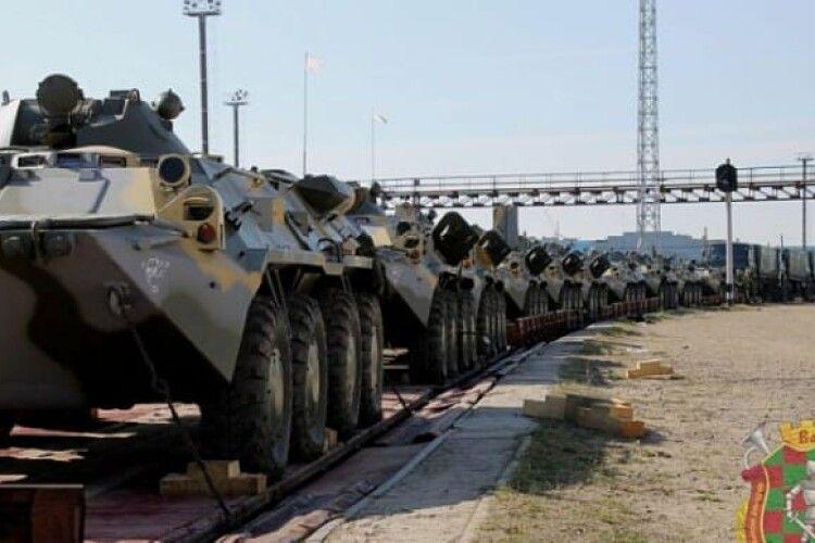 До Білорусі прибувають перші ешелони з військовими і технікою з РФ