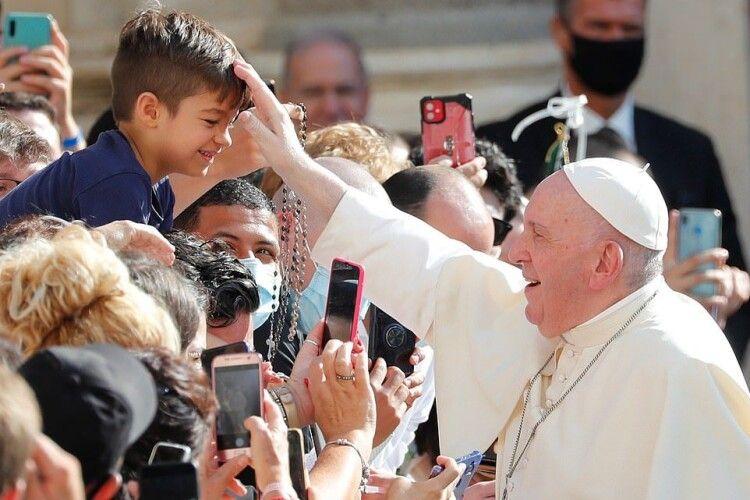 Папа Римський публічно зняв захисну маску і заявив, кому вигідна пандемія (Фоторепортаж)