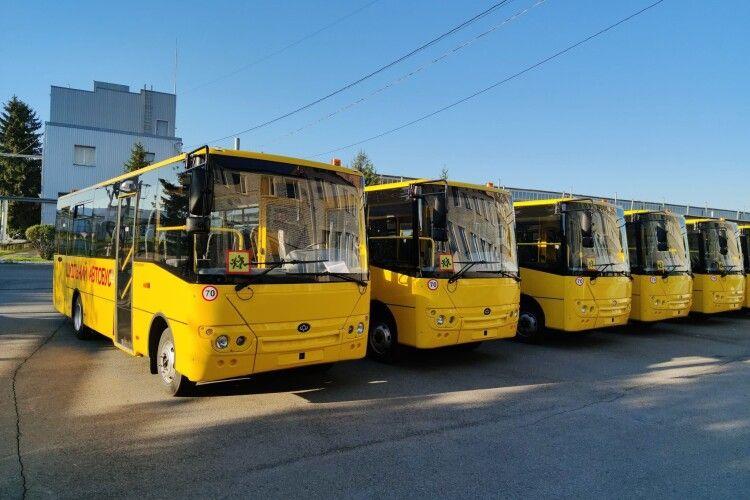 У Луцьку відправили першу партію шкільних автобусів сусідам з Рівненщини