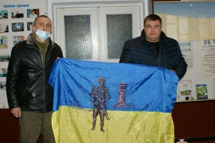 Ветеран подарував Рожищенському музею бойовий прапор зі Сходу