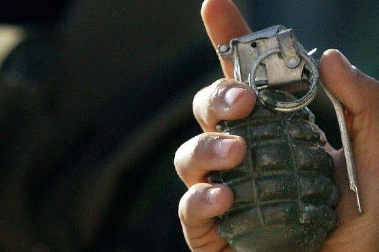 Волинянина, який погрожував підірвати гранатою поліцейських, взяли під варту