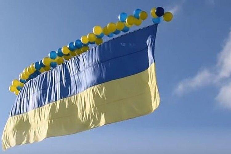 Масові випадки сказу в лавах сепаратистів: у День ЗСУ над окупованою Горлівкою запустили синьо-жовтий Державний прапор України (Відео)