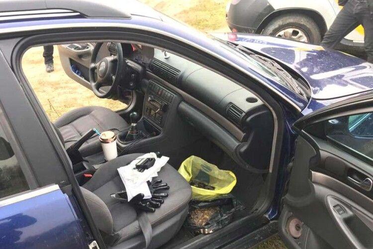 На Рівненщині поліція  вчинила погоню за авто з незаконним бурштином (Фото)
