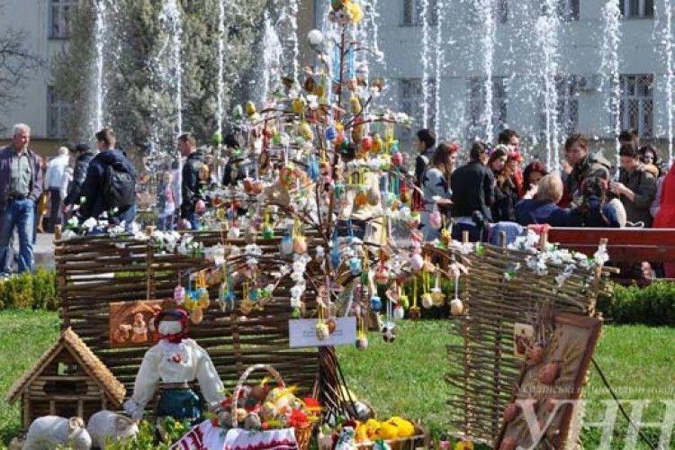 Тисячі писанок прикрасили центральну площу Ужгорода