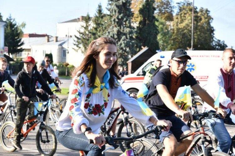 День Луцька: сьогодні містом проїхали велосипедисти у вишиванках (Фото)