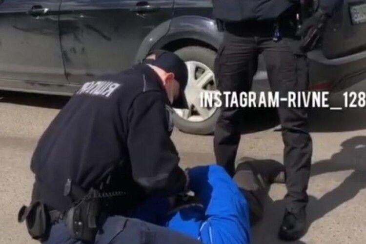 У Рівному чоловік затиснув склом пальці поліцейському