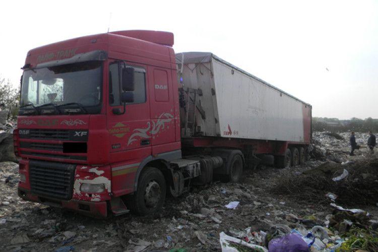 У Дубні спіймали на сміттєзвалищі вантажівку з львівським сміттям (фото)