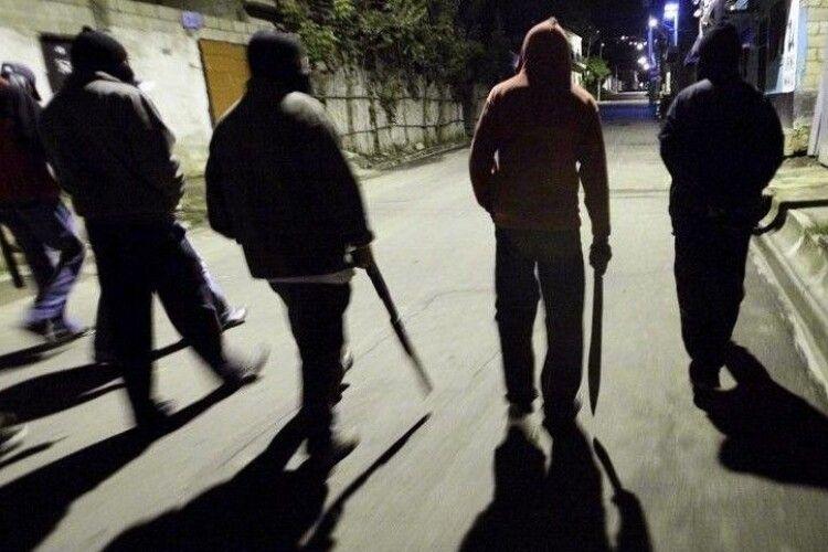 «Тягли хлопця на тросі від авто»: на Рівненщині банда молодиків залякує все місто