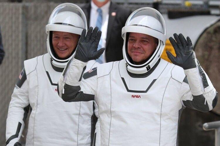 Космічне таксі Crew Dragon із астронавтами повернулося на Землю (Відео)