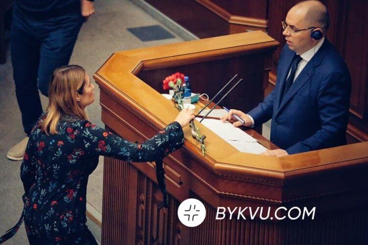 «Йому сказали, що вакцин нема»: Степанову принесли поховальні квіти від померлого від Covid-19 (Фото)