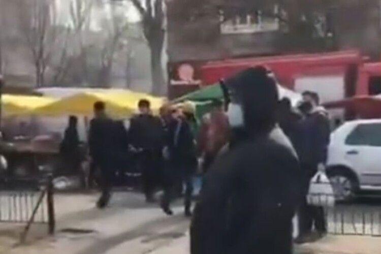 Палає гуртожиток відомого університету: пожежники не можуть дістатися місця загорання (Відео)