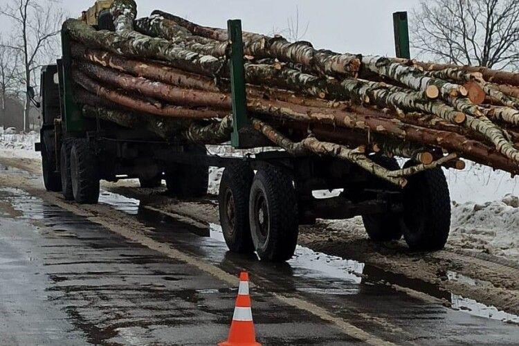 На Рівненщині під колесами лісовоза загинула велосипедистка (Фото)