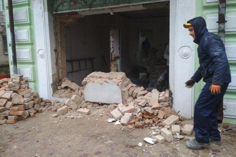 У Луцьку понищили пам'ятку архітектури. На місці працює поліція (Фото, Відео)