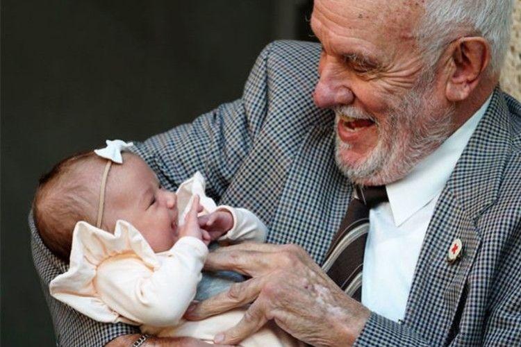 Австралієць врятував 2,5 мільйона немовлят